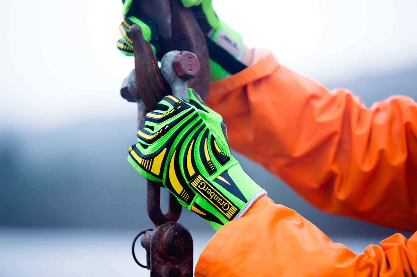 granberg gloves being used lifting a heavy chain